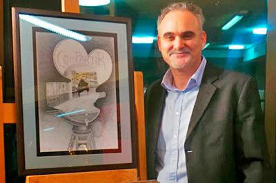 El pintor José Cerezo junto al premio Compartir