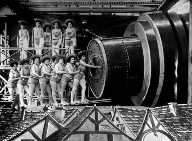 Grupo de coristas disfrazadas de marineras cerrando la puerta de la nave antes de la partida