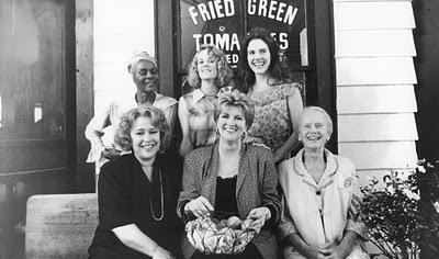 """Reparto de lujo y la autora de esta maravillosa historia en un descanso del rodaje de """"Tomates verdes fritos"""" (1991)."""