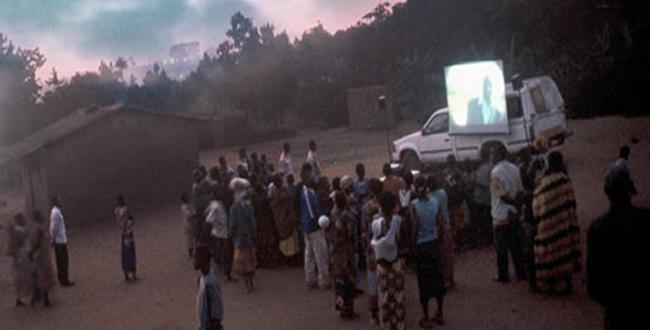 Directores africanos hacen los tour de exhibición de sus películas como si se tratara de un circo ambulante, paseando pueblos y ciudades para hacer su obra mínimamente rentable.