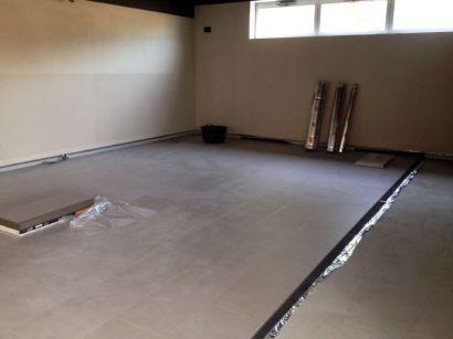 Están colocando suelos de tarima en la Sala 2